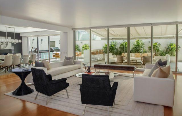 Moderný presvetlený obývací priestor