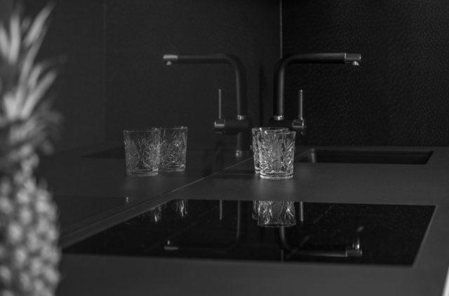 Elegantná čierna kuchynská linka