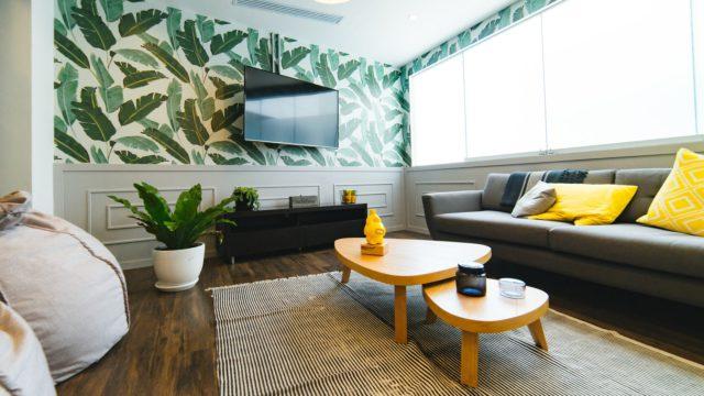 Kvetinové tapety v obývačke