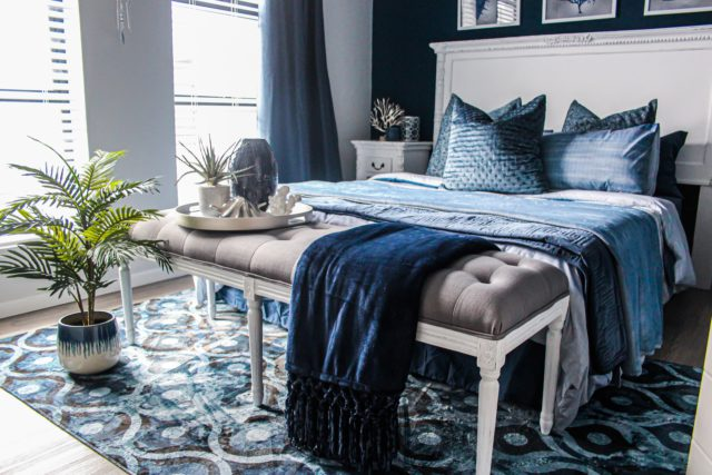 Spálňa v modro bielom farebnom prevedení