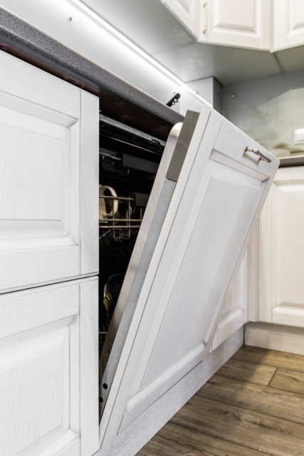 Biela umývačka riadu