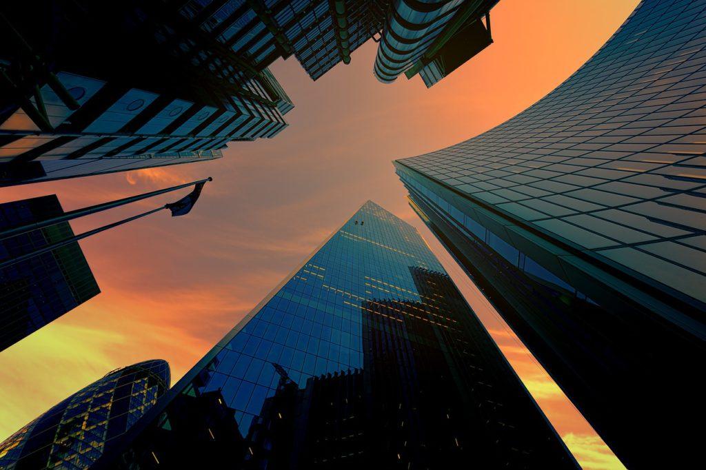 Clonové/sreenové rolety na výškových budovách poskytujú ľudom aj pri veľkých presklených plochách súkromie.