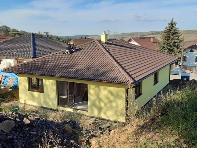 dom s valbovou strechou